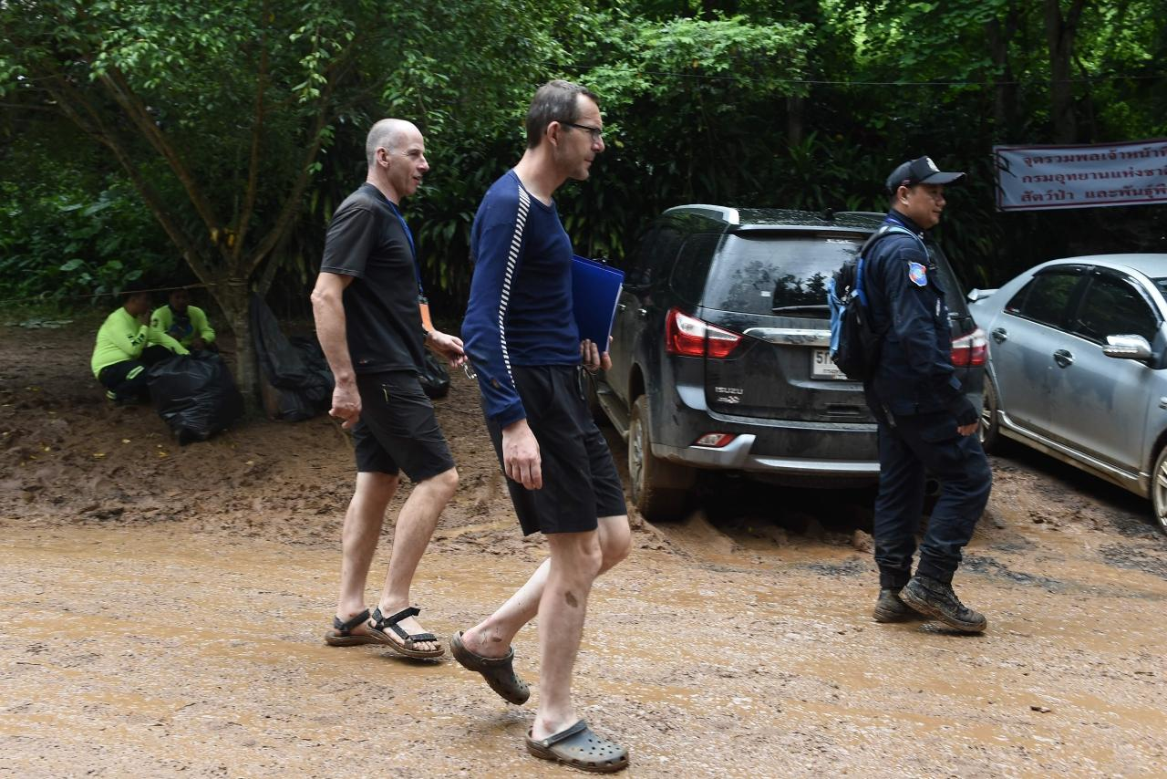 จอห์น โวลันเธน และริชาร์ด สแตนตัน สองนักประดาน้ำอังกฤษเดินกลับเข้าไปบริเวณถ้ำหลวง หลังเจอ 13 ชีวิต