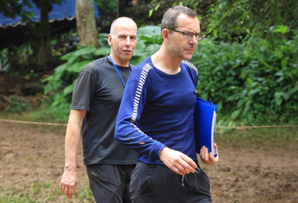 จอห์น โวลันเธน (ขวา) และริชาร์ด แสตนตัน 2 ผู้เชี่ยวชาญการดำน้ำในถ้ำชาวอังกฤษ  พบ 13 ชีวิตติดถ้ำหลวง