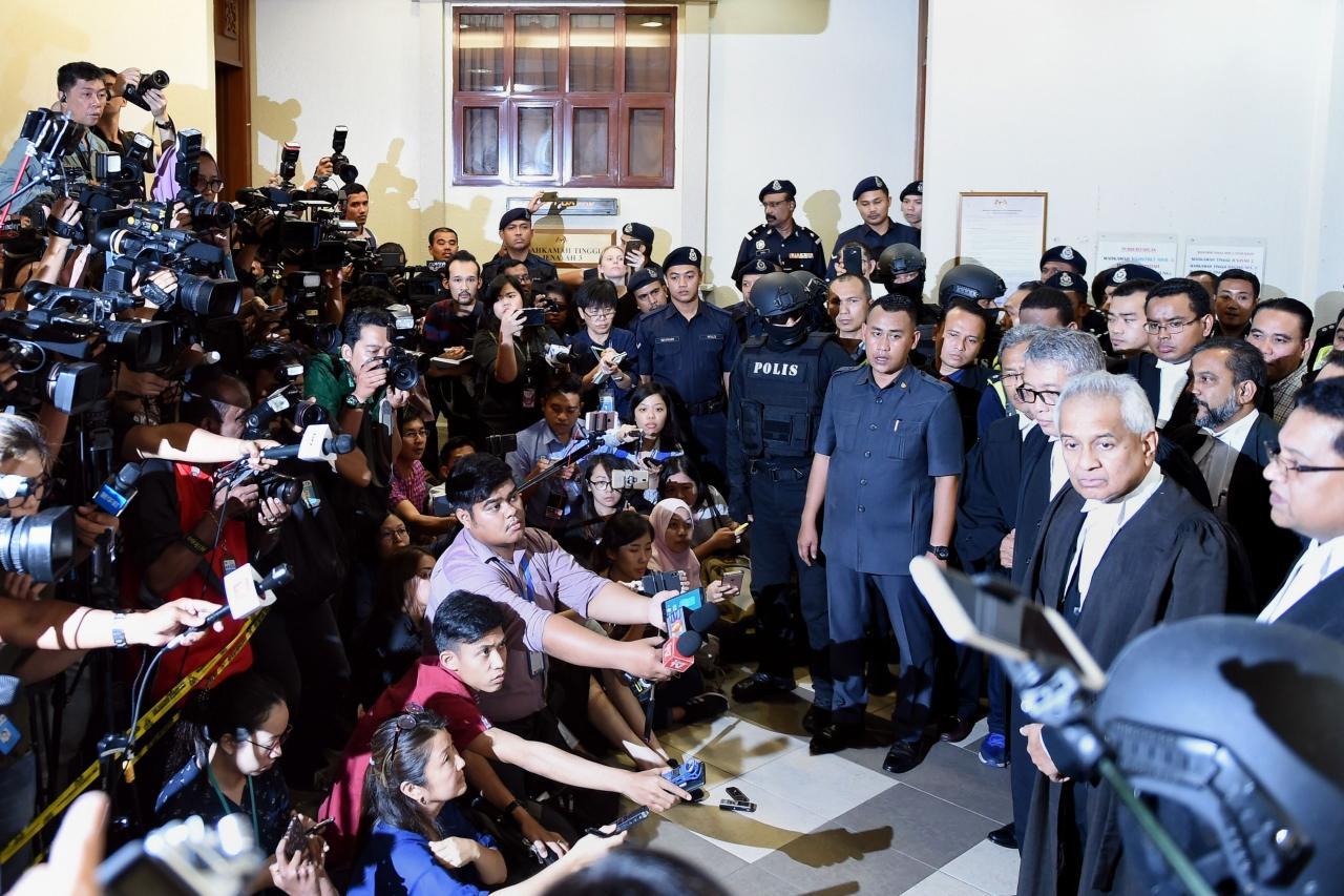 ทีมอัยการแถลงข่าวต่อสื่อมวลชน หลังจากนายนาจิบ ราซัค ถูกจับนำตัวส่งฟ้องศาล