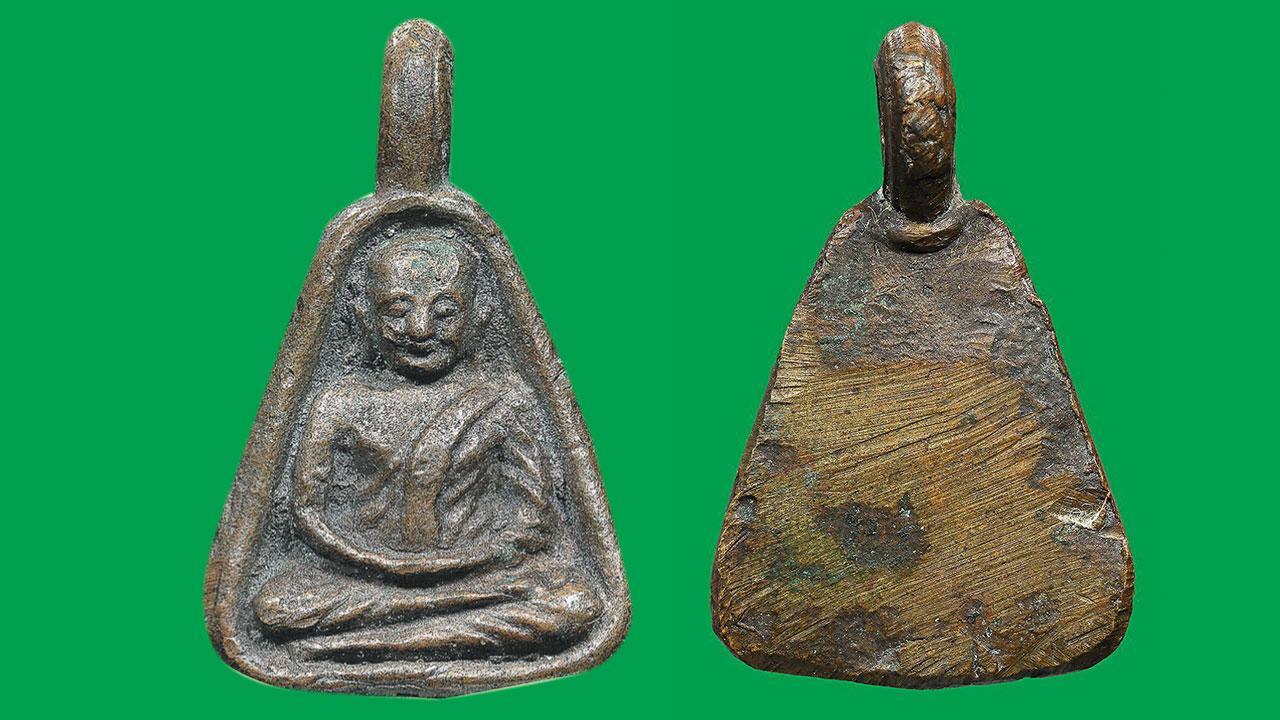 เหรียญจอบเล็ก บล็อกแข้งตรง หลวงพ่อ เงิน วัดบางคลาน พิจิตร ของอ๊อด เลี่ยมทอง.