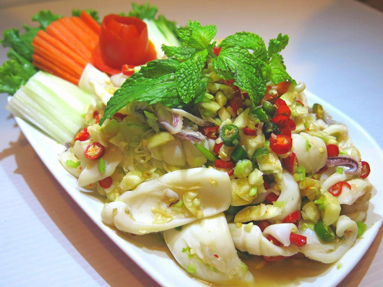 ปลาหมึกเป่าปากเผ็ดอร่อยสมชื่อเมนู.