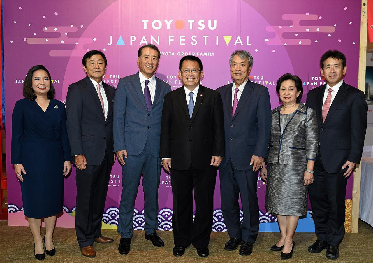 สารพัดของ ดร.สมชาย หาญหิรัญ รมช.อุตสาหกรรม เปิดงาน TOYOTSU JAPAN FESTIVAL 2018 เทศกาลสินค้าและอาหารจากประเทศญี่ปุ่น โดยมี คิโยโยชิ โอบะ, อนุษฐา เชาว์วิศิษฐ, ยูจิ นาคากาวะ, ยูอิชิ โออิ และ เพ็ญพรรณ เชาว์วิศิษฐ มาร่วมงานด้วย ที่สยามพารากอน วันก่อน.