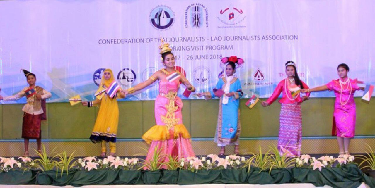 สื่อมวลชนอาเซียนและจีนให้ความสนใจการบรรยายจากเจ้าหน้าที่สำนักพระราชวัง ในการเข้าชมวัดพระศรีรัตนศาสดาราม.