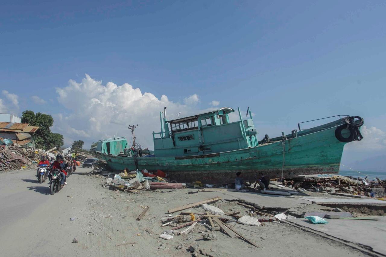 เรือลำหนึ่งถูกคลื่นสึนามิซัดจนเกยตื้น