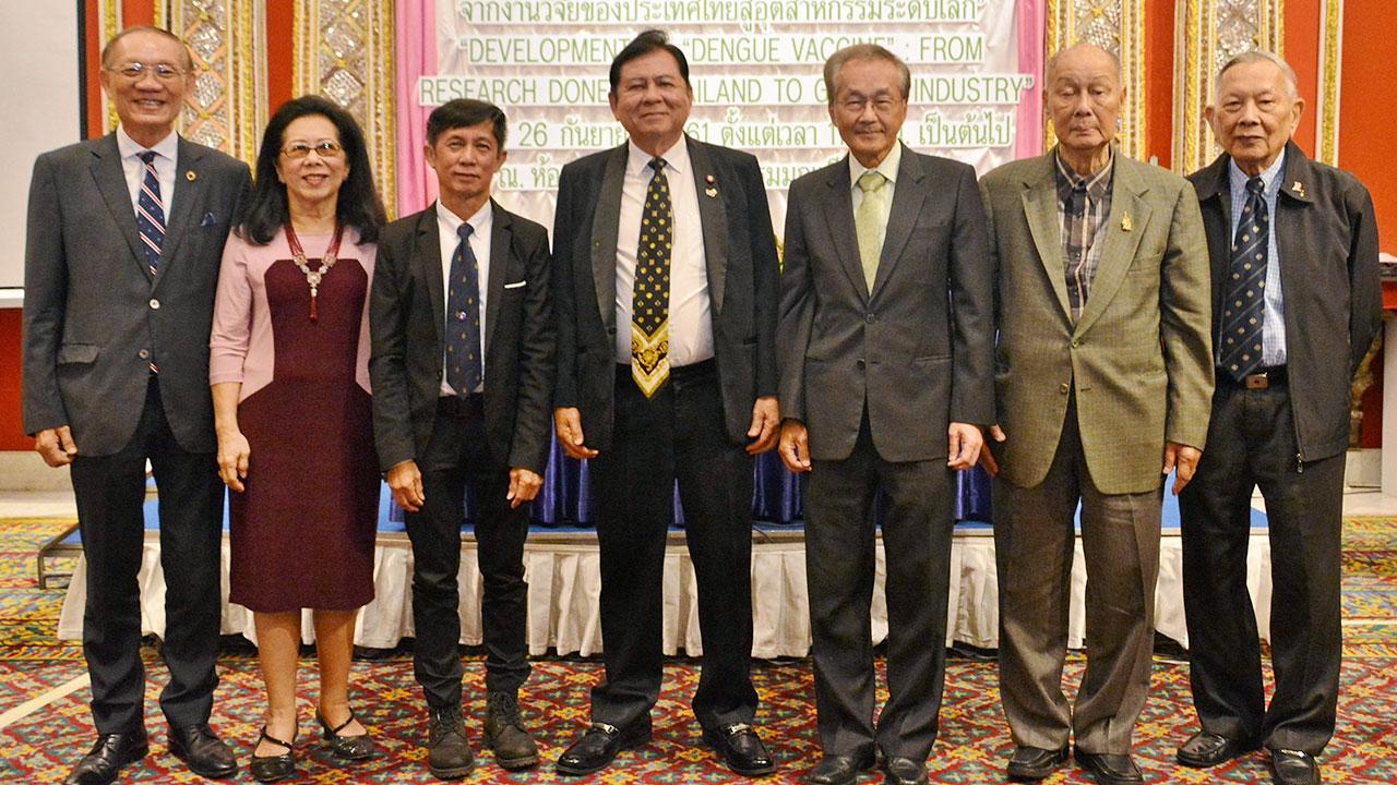 ประชุม  -  ดร.ต่อพงศ์ วัจนะสวัสดิ์ นายกสมาคมไทยอเมริกัน จัดประชุมใหญ่สามัญประจำปี พร้อมเชิญ ศ.นพ.สุธี ยกส้าน และ นพ.มนูญ ลีเชวงวงศ์ มาบรรยายเรื่องการพัฒนาวัคซีนไข้เลือดออกของไทยสู่อุตสาหกรรมโลก โดยมี ดร.ประทีป ตั้งมติธรรม มาร่วมประชุมด้วย ที่ รร.มณเฑียร วันก่อน.