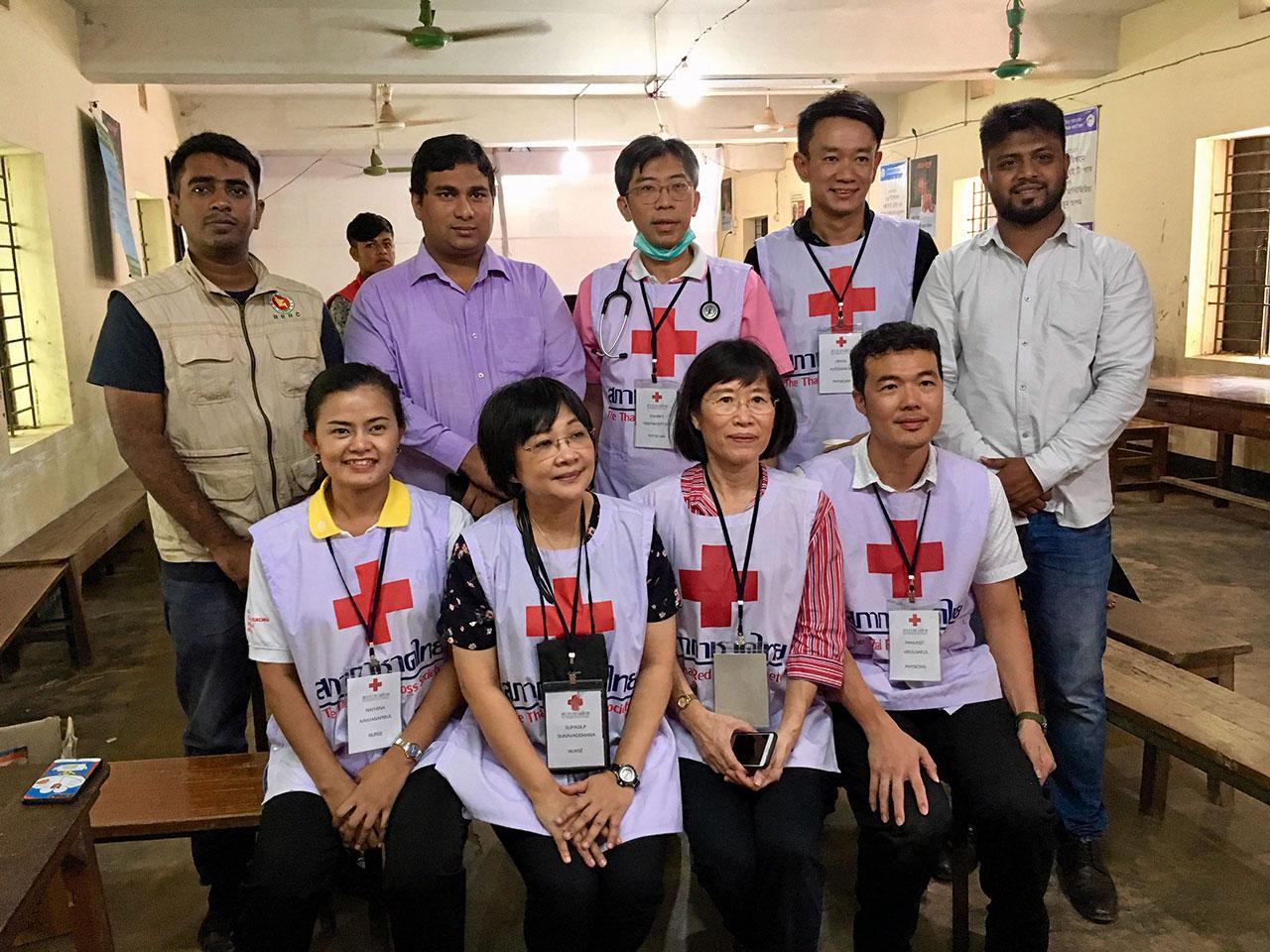 ศ.ดร.นพ.สมบัติ ตรีประเสริฐสุข (ยืนกลาง) และทีมแพทย์ พยาบาลที่ร่วมกันทำงาน.