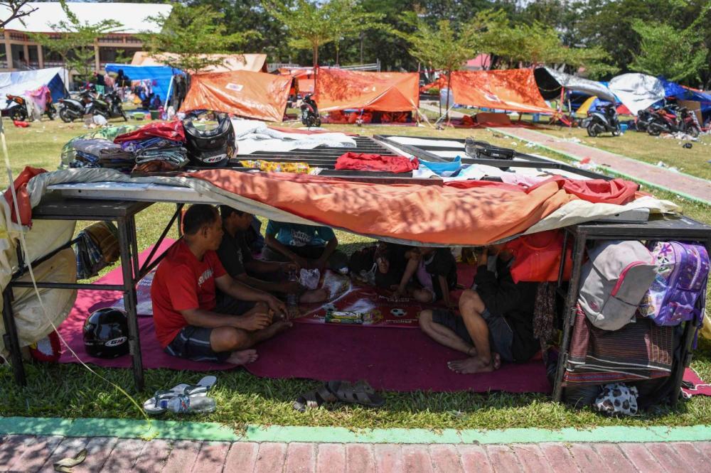 ผู้ประสบภัยต้องสร้างที่หลบภัยชั่วคราวขึ้นมาเพื่ออยู่อาศัย