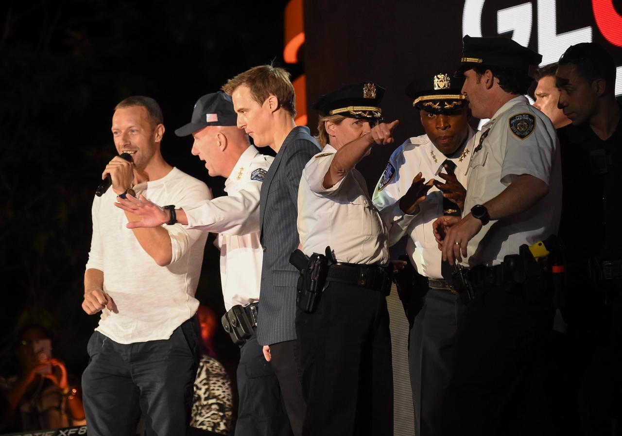 คริส มาร์ติน นักร้องนำวงโคลด์เพลย์ Coldplay พูดๆ กล่อมๆ ให้ฝูงชนอยู่ในความสงบ