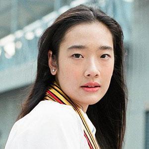 กำลังถ่ายซีรีส์อยู่ประเทศจีน นางเอกสาว ออกแบบ-ชุติมณฑน์ จึงเจริญสุขยิ่ง จะบินกลับมารับปริญญาคณะศิลปกรรมศาสตร์ จุฬาฯ วันศุกร์ที่ 5 ต.ค. ใครไปหาเจอที่หน้าคณะเลย.
