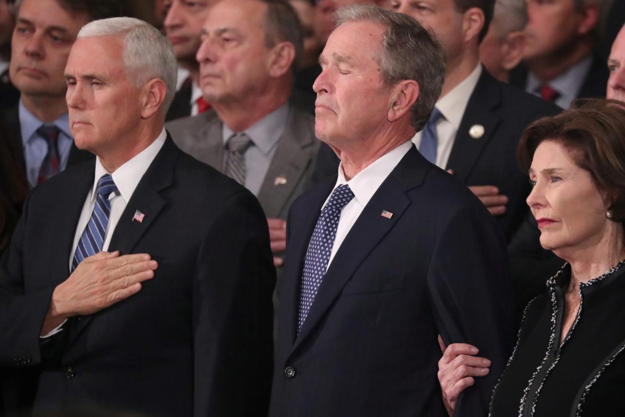 อดีตประธานาธิบดีจอร์จ บุชพยายามระงับความเสียใจ ขณะมีพิธีนำโลงบรรจุศพ จอร์จ เอช.ดับเบิลยู. บุช ผู้เป็นพ่อ ตั้งที่อาคารรัฐสภาเพื่อให้ประชาชนเคารพศพ