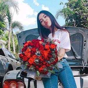 """ไม่ต้องมีคำบรรยายใดๆ เพราะภาพในไอจี เบลล่า-ราณี ที่ถ่ายคู่ดอกไม้สีแดงช่อใหญ่คือคำตอบของ """"ความรัก"""" แท็กถึง หนุ่มเวียร์ แค่นี้ก็รู้แล้ว...ใครคนให้!!"""