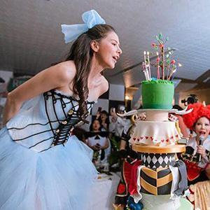 จัดปาร์ตี้วันเกิดธีมอลิซในแดนมหัศจรรย์ ไฮโซกรณ์ จัดเค้กสูง 7 ชั้นให้แฟนสาว ศรีริต้า เจนเซ่น เป่านี่แค่วันเกิดนะ ถ้าวันวิวาห์ เค้กและงานจะอลังการแค่ไหนหนอ?!