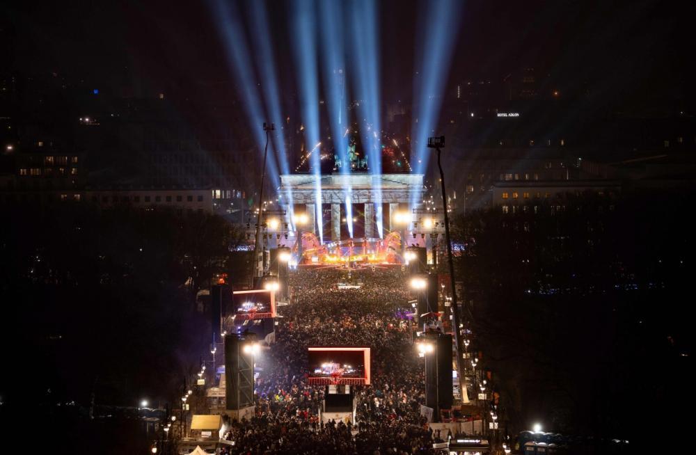 ผู้คนจำนวนมากรวมตัวกันที่หน้าเวทีการแสดง หน้าประตูบรานเดนบวร์ก ในกรุงเบอร์ลิน ของเยอรมนี