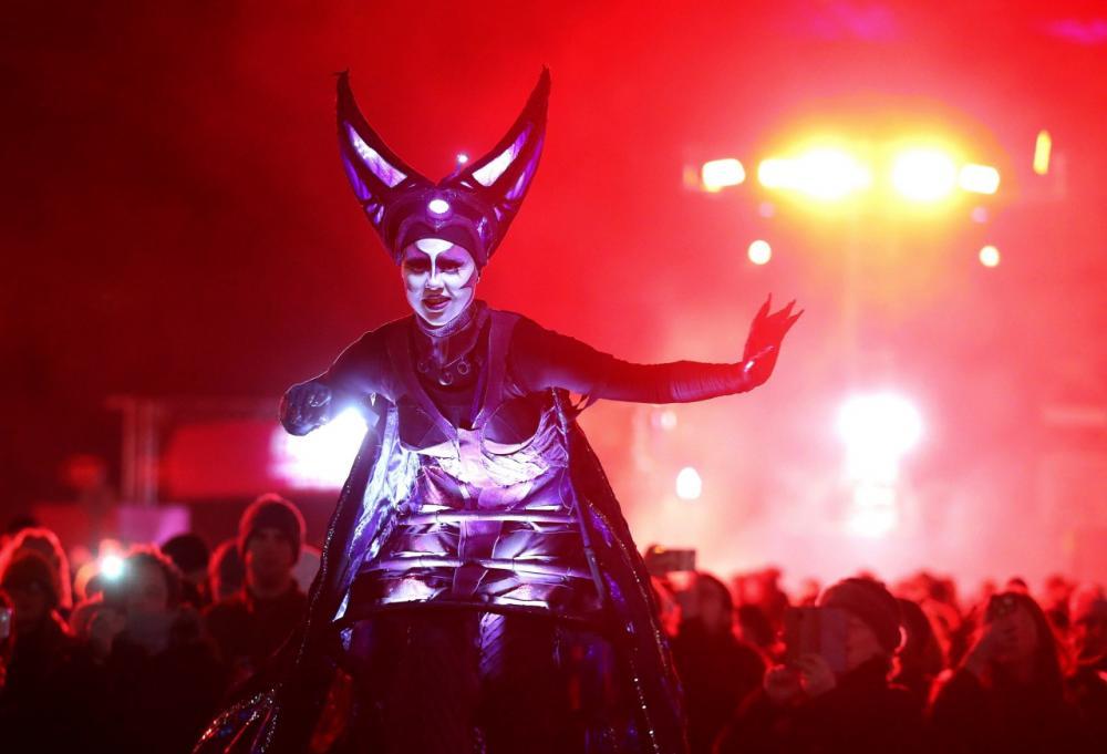 นักแสดงทำการแสดงบนถนนพรินเซส ระหว่างงานปีใหม่ฮอกมาเนย์ (วันสุดท้ายของปี) ในกรุงเอดินบะระ ของสกอตแลนด์