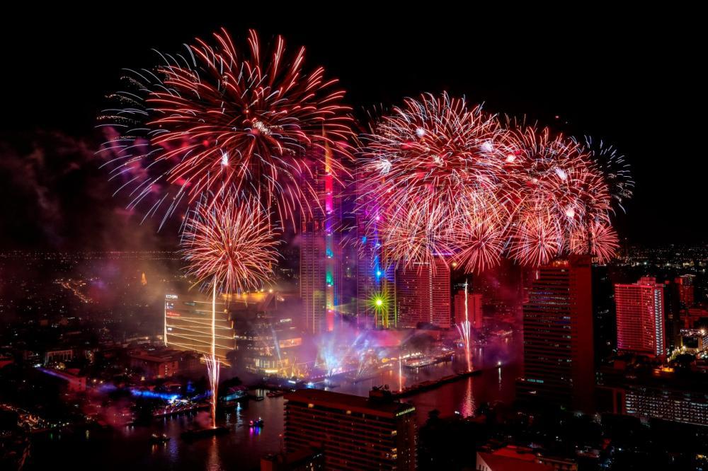ดอกไม้ไฟฉลองปีใหม่ถูกจุดขึ้นเหนือแม่น้ำเจ้าพระยา ในกรุงเทพมหานคร