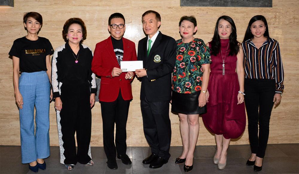 ใจบุญ  -  ดร.สมศักดิ์ ชลาชล ประธานกรรมการ บริษัทชลาชล มอบเงินจำนวน 100,000 บาท ให้แก่ สราวุธ วัชรพล เพื่อสมทบทุนมูลนิธิไทยรัฐ โดยมี วลีพร อิงค์ธเนศ, พิมพ์ใจ ดีวงศ์, พรพรรณ พจนพริ้ง และ ไพลิน ศิริพัฒน์ มาร่วมในพิธีด้วย ที่สำนักงาน นสพ.ไทยรัฐ วันก่อน.