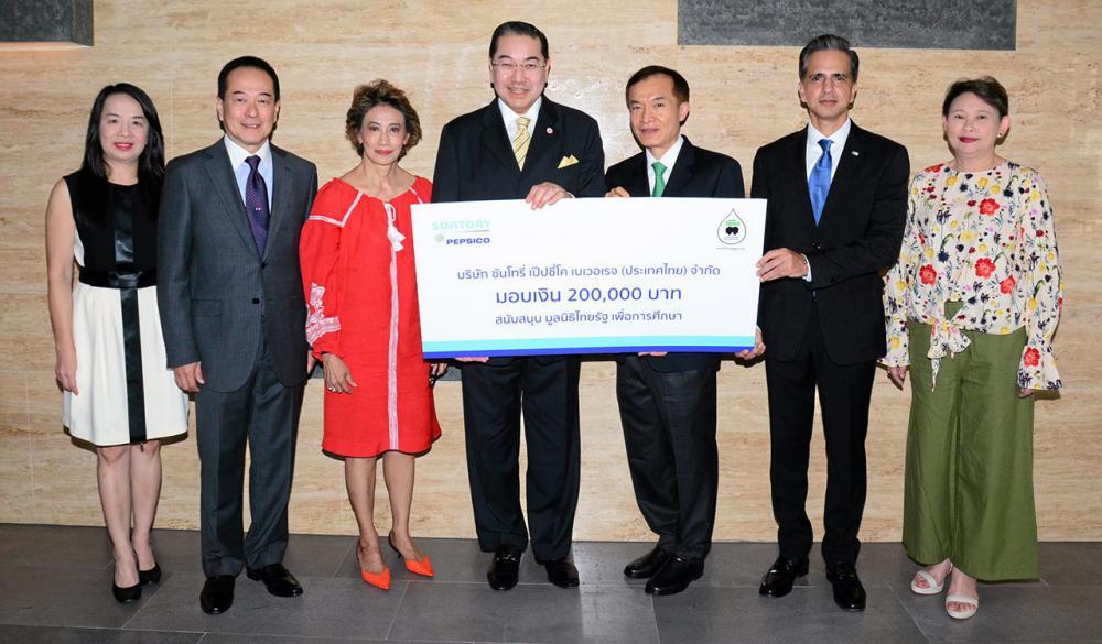 เพื่อการศึกษา  -  ศ.ดร.สุรเกียรติ์ เสถียรไทย ปธ.บริษัทเป๊ปซี่-โคล่า เทรดดิ้ง มอบเงินจำนวน 200,000 บาท ในนาม บ.ซันโทรี่ เป๊ปซี่โค เบเวอเรจ ให้แก่ สราวุธ วัชรพล เพื่อสมทบทุนมูลนิธิไทยรัฐ โดยมี โอเมอร์ มาลิค และ จรณชัย ศัลยพงษ์ มาร่วมในพิธีด้วย ที่ สนง.นสพ.ไทยรัฐ วันก่อน.