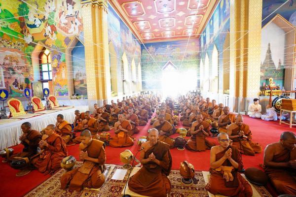 """พระภิกษุสงฆ์จากประเทศไทย 108 รูป ที่เข้าร่วมโครงการ """"เดินธรรมยาตราเดินเท้าตามรอยพระศาสดา สมเด็จพระสัมมาสัมพุทธเจ้า"""" ไปยัง 4 สังเวชนียสถานทั้งอินเดียและเนปาล รวม 75 วัน ร่วมเจริญพระพุทธมนต์ภายในพระอุโบสถ วัดไทยพุทธคยา รัฐพิหาร อินเดีย."""