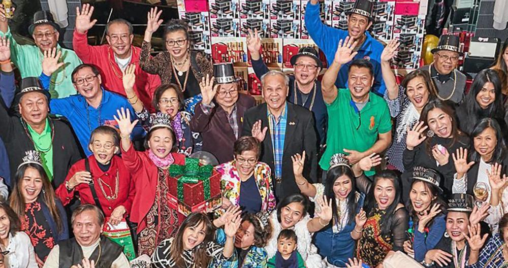 เพื่อนมากมาย ไพโรจน์-สุดา วงศ์สว่างศิริ จัดงานฉลองปีใหม่ โดยเชิญเพื่อนๆ ไปร่วมกิจกรรมมากมาย ทั้งจับของขวัญ และร้องเพลงกันอย่างสนุกสนาน ที่บ้านเมืองฮายแลนด์พาร์ค รัฐอิลลินอยส์.