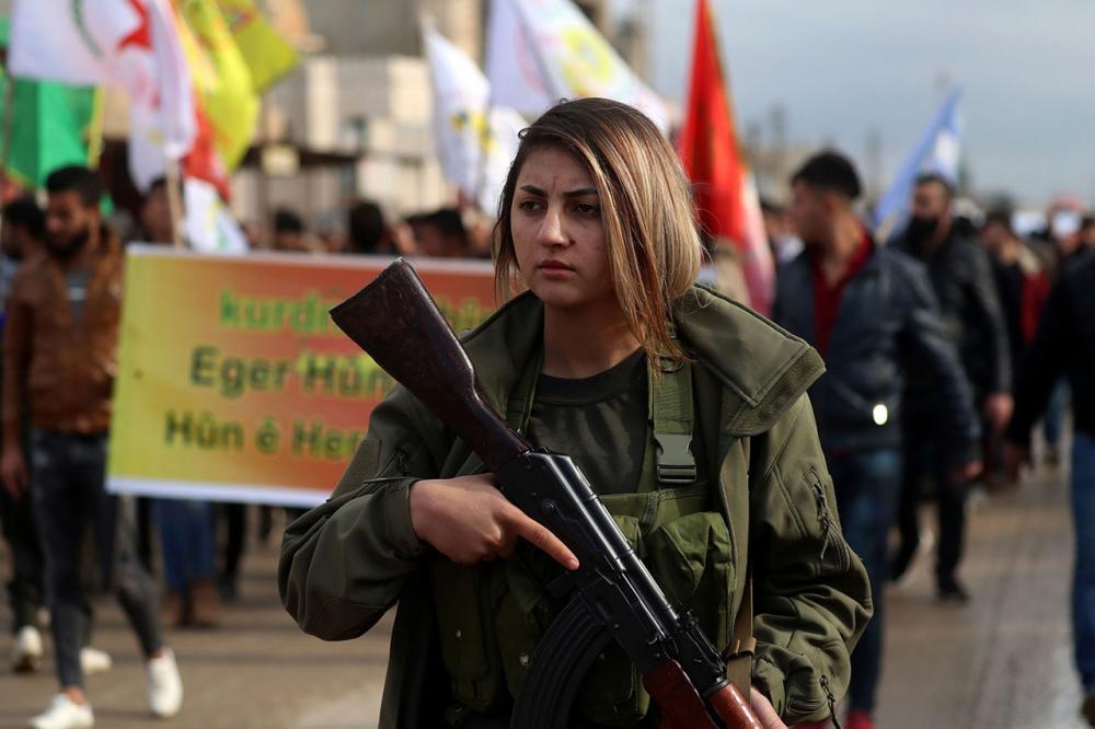 เตรียมสู้  –  นักรบหญิงของกองกำลังประชาธิปไตยซีเรีย (เอสดีเอฟ) ร่วมเดินขบวนแสดงพลังที่เมืองคามิชลี เขตยึดครองของชาวเคิร์ดทางภาคตะวันออกเฉียงเหนือซีเรีย เตรียมรับการโจมตีของกองทัพตุรกี หลังประธานาธิบดีโดนัลด์ ทรัมป์ ประกาศถอนทหารสหรัฐฯออกจากซีเรีย (เอเอฟพี)