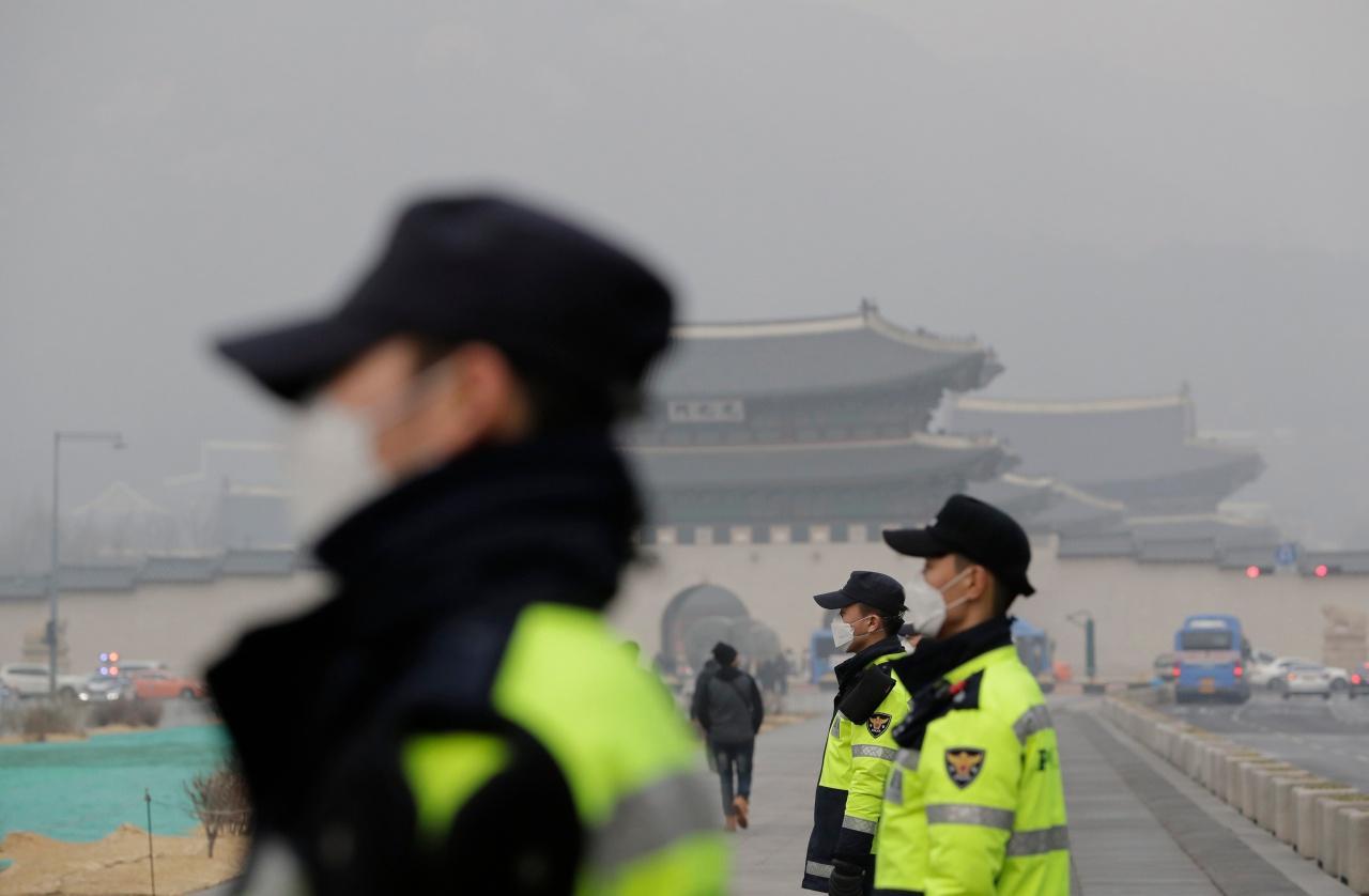 เจ้าหน้าที่เกาหลีใต้สวมหน้ากากป้องกันฝุ่นละอองขนาดเล็กในกรุงโซล