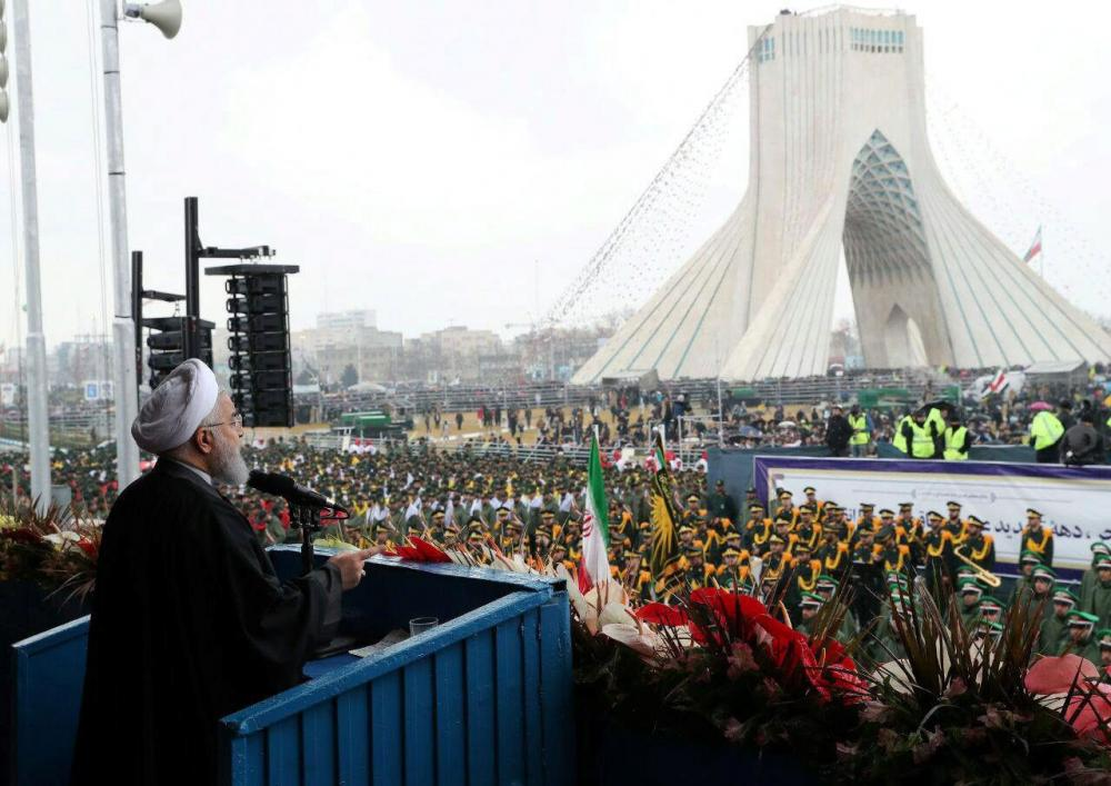วาระสำคัญ–ประธานาธิบดีฮัสซัน รูฮานี แห่งอิหร่าน กล่าวสุนทรพจน์ต่อหน้าฝูงชนนับล้านคนที่จัตุรัสอาซาดี (เสรีภาพ) ในกรุงเตหะราน ระหว่างพิธีเฉลิมฉลองวาระครบรอบ 40 ปี การปฏิวัติอิสลามอิหร่าน เมื่อ 11 ก.พ. (รอยเตอร์)