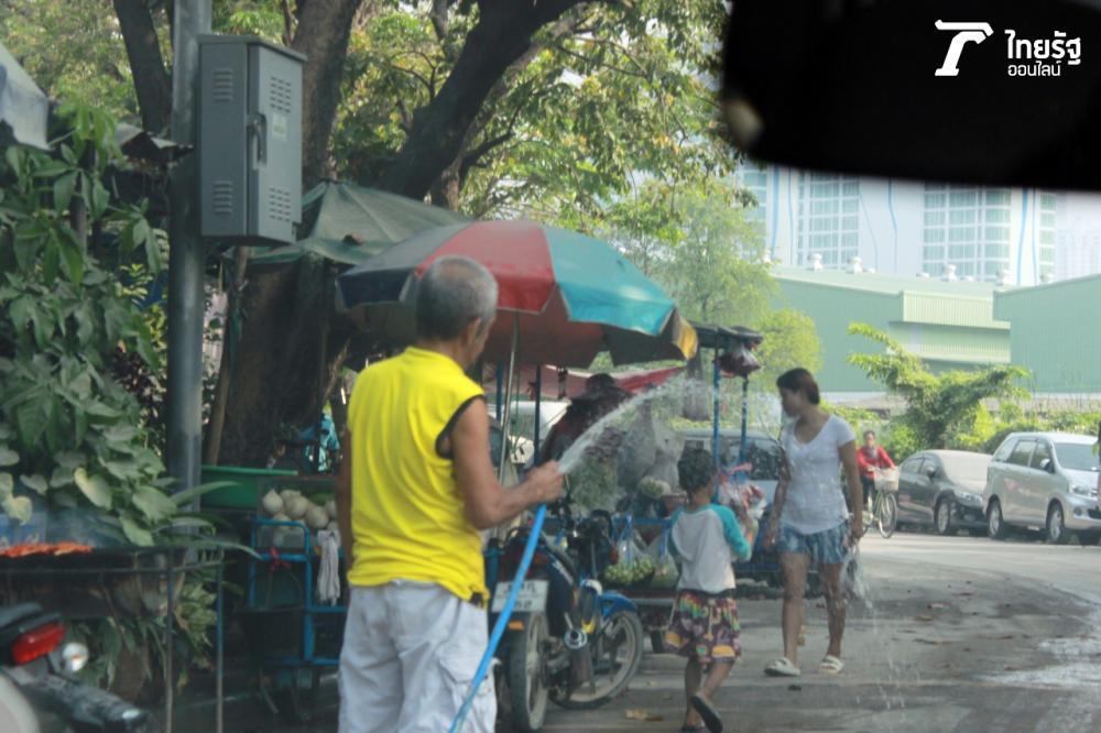 ชาวบ้านฉีดน้ำล้างฝุ่น