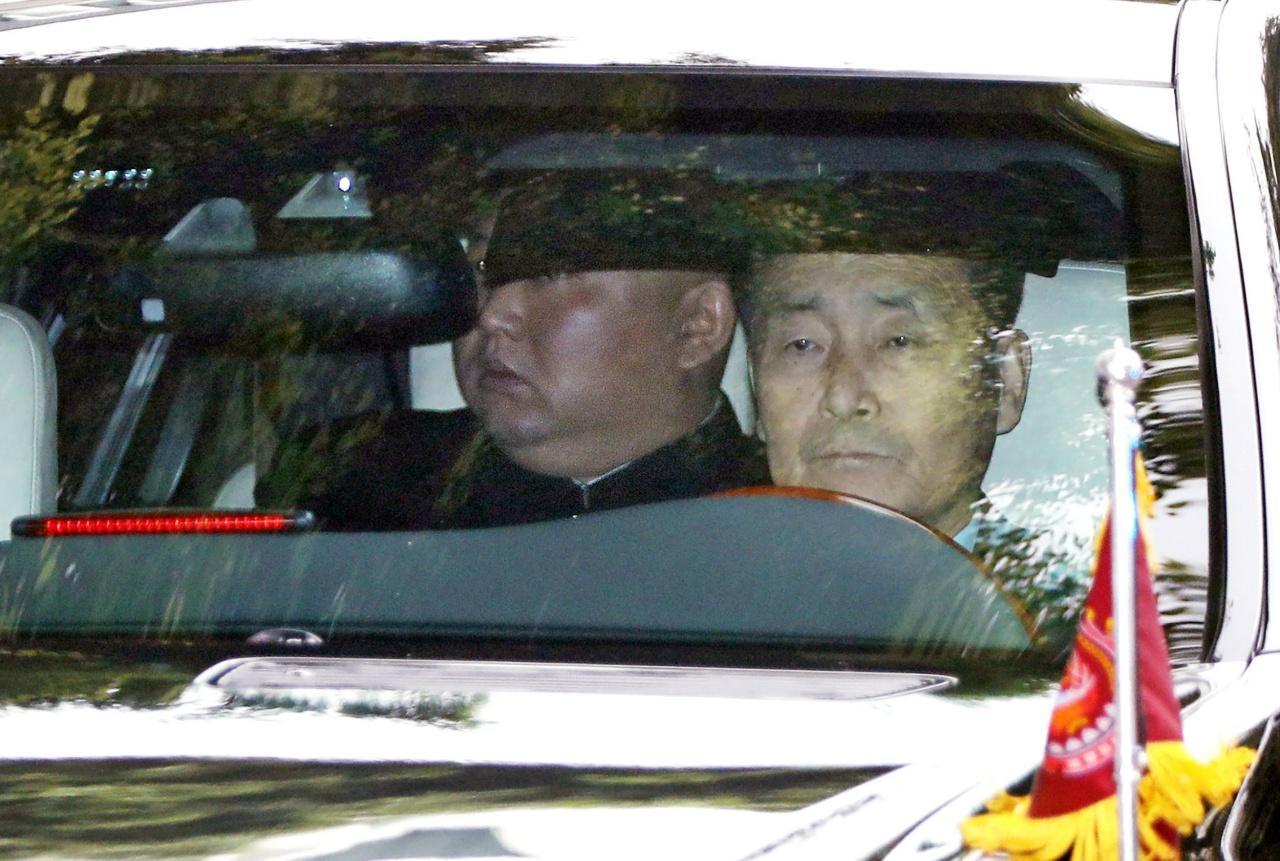 คิม จอง อึน หน้านิ่ง ขณะนั่งรถ ออกจากสถานที่จัดประชุมสุดยอด