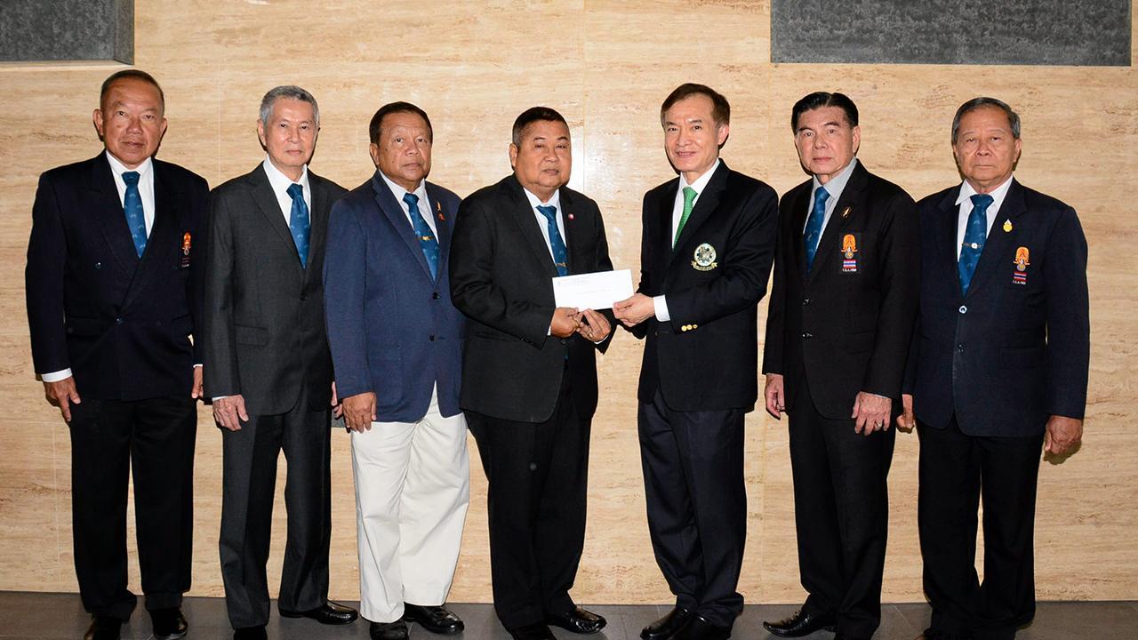 ให้มูลนิธิ พล.อ.เดชา เหมกระศรี นายกสมาคมกีฬาจักรยาน มอบเงิน 100,000 บาท ให้แก่ สราวุธ วัชรพล เพื่อสมทบทุนมูลนิธิไทยรัฐ โดยมี พล.อ.เพิ่มศักดิ์ พวงสาโรจน์, พล.อ.วีระกูล ทองมา, มนตรี อัศวาจารย์ และ พิมล สัตตบุศย์ มาร่วมในพิธีด้วย ที่สนง.นสพ.ไทยรัฐ วันก่อน.
