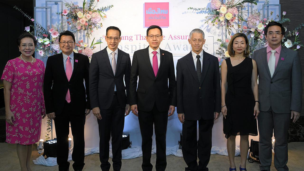 ยอดบริการ ดร.สุทธิพล ทวีชัยการ มอบรางวัล Muang Thai Life Assurance Hospital Awards 2018 ให้แก่โรงพยาบาลได้รับการยกย่องเป็นผู้ให้บริการด้านประกันสุขภาพอย่างดีเยี่ยม โดยมี นพ.อนุวัฒน์ ศุภชุติกุล และ สาระ ล่ำซำ มาร่วมงานด้วย ที่โรงแรมดิ โอกุระ เพรสทีจ วันก่อน.