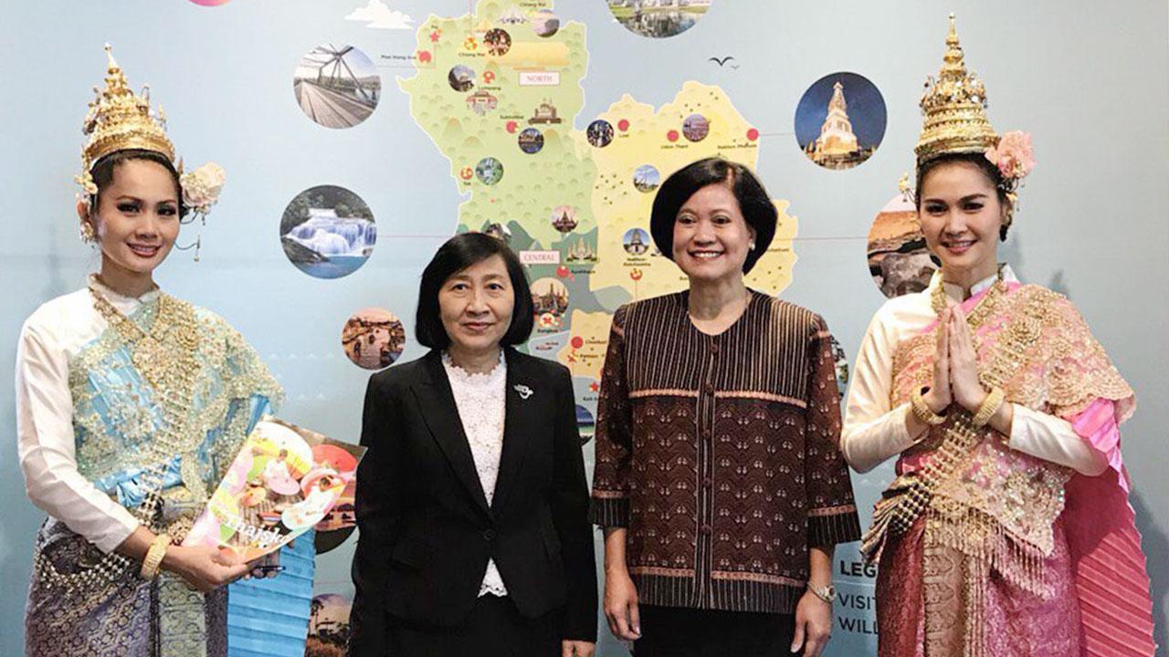 """ให้กำลังใจ อุรีรัชต์ เจริญโต ออท. ณ กรุงปราก สาธารณรัฐเช็ก ไปเยี่ยมบูธการท่องเที่ยวแห่งประเทศไทย ในงาน """"Holiday World ครั้งที่ 28"""" ที่กรุงปราก โดยมี วิยะดา ศรีรางกูร ผอ.ททท.สนง.กรุงปราก ให้การต้อนรับ."""