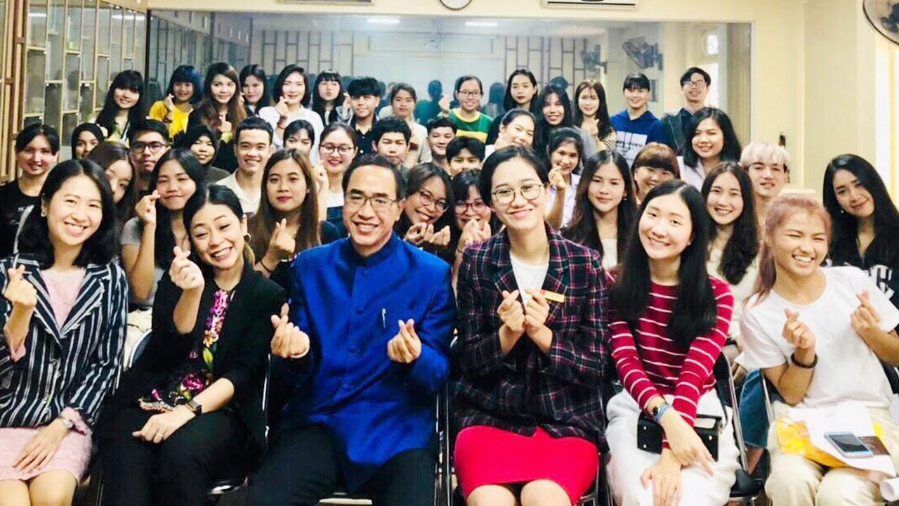 กระชับสัมพันธ์ ธานี แสงรัตน์ ออท. ณ กรุงฮานอย เวียดนาม ไปเยี่ยมมหาวิทยาลัยฮานอย และหารือกับ รศ.ดร.เหวียน วัน เจา อธิการบดี พร้อมเยี่ยมชมศูนย์ห้องเรียนภาษาไทยและพูดคุยกับนักศึกษาภาควิชาภาษาไทย.