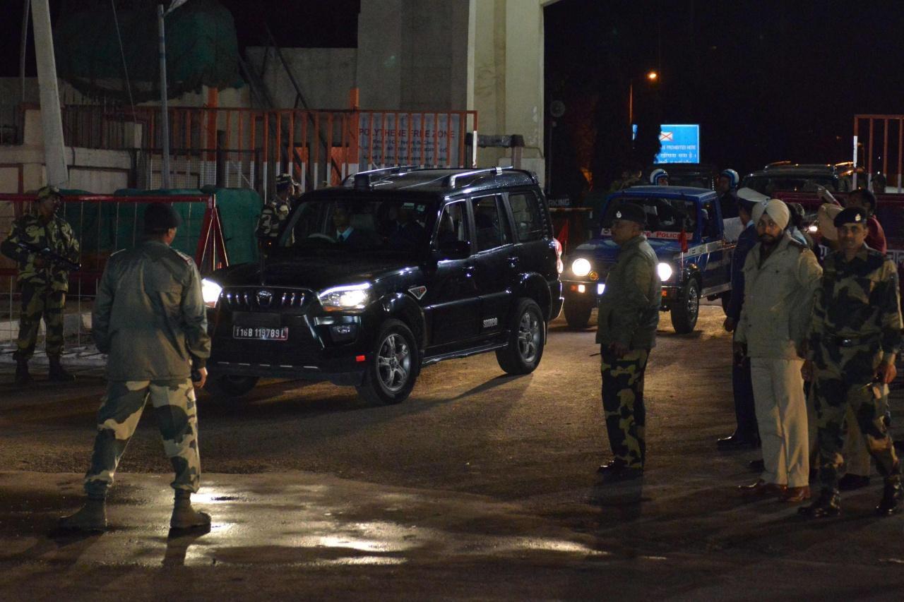รถยนต์ของกองทัพอากาศอินเดียนำนาวาอากาศโท อภินันดัน ออกมาจากด่านชายแดนวากาห์-อัตตารี ติดชายแดนปากีสถาน