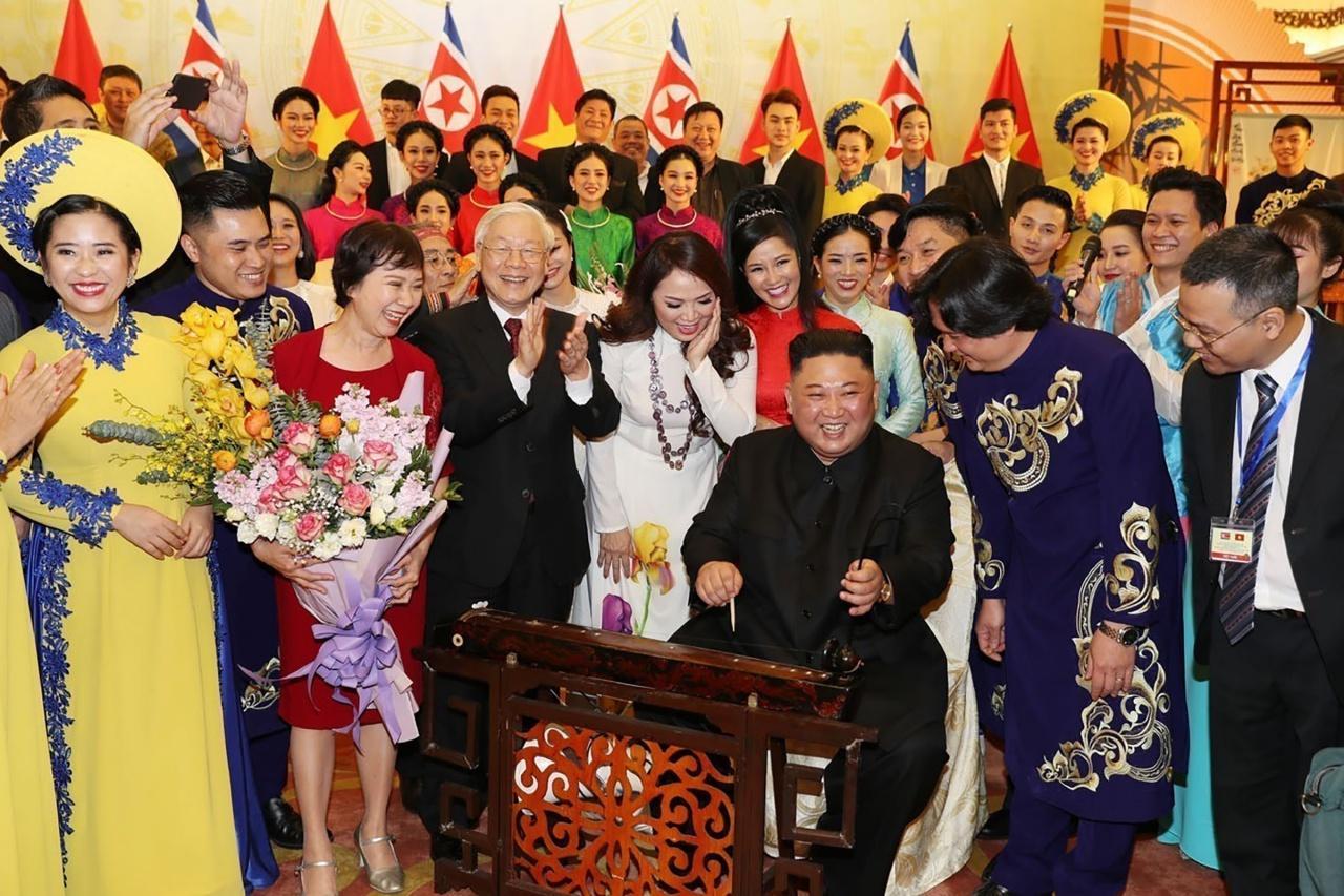 คิม จอง อึน เล่นเครื่องดนตรีของเวียดนาม อย่างอารมณ์ดี ในงานเลี้ยงของรัฐ ที่ประธานาธิบดีเหงียน ฟู่ จอง จัดต้อนรับอย่างเป็นทางการ ในกรุงฮานอย เมื่อ 1 มีนาคม