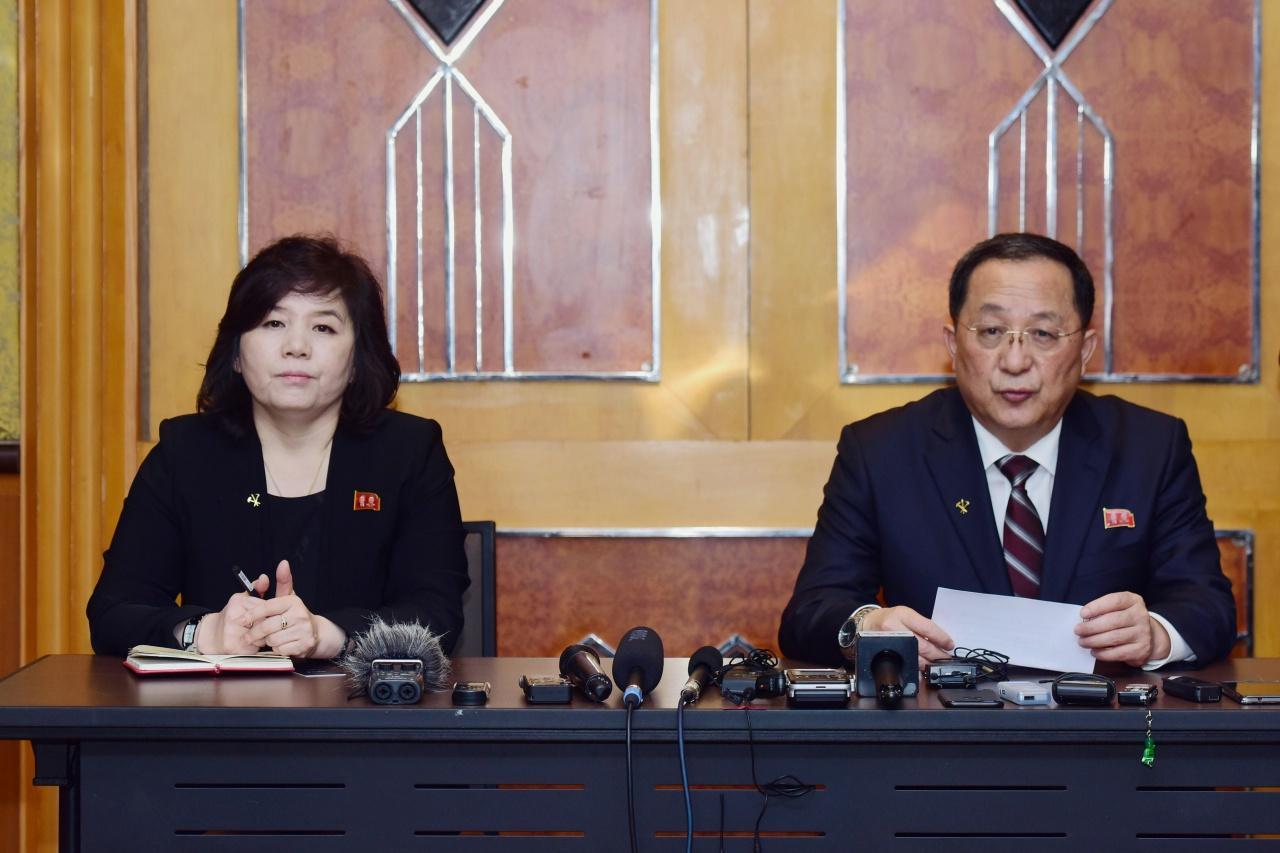 นาย รี ยอง-โฮ รมว.ต่างประเทศเกาหลีเหนือ แถลงข่าวที่กรุงฮานอย เมื่อ28ก.พ.62
