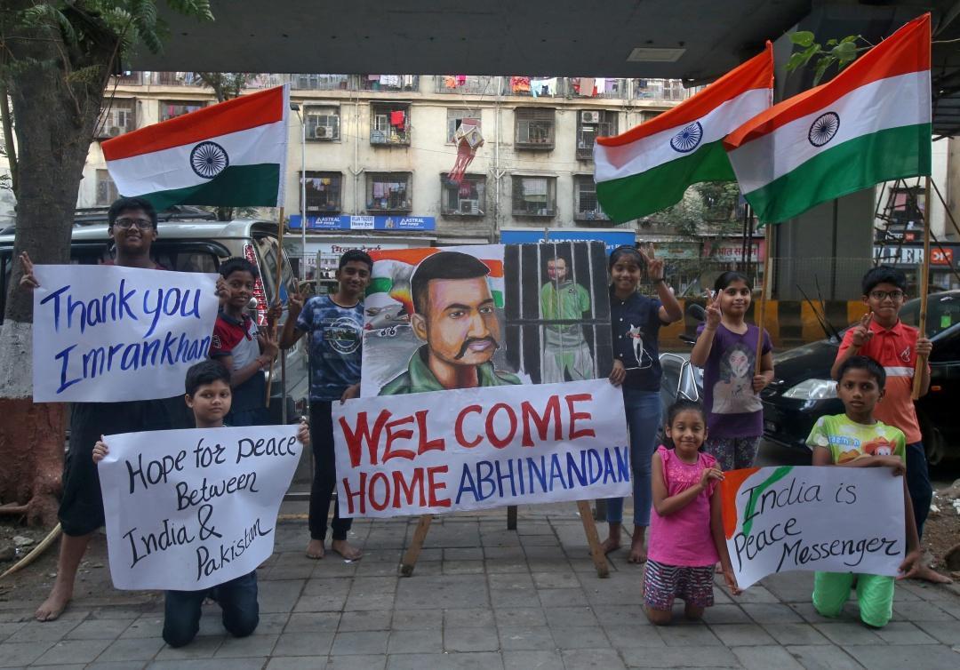 ชาวอินเดียในนครมุมไบ ออกมาชุมนุมแสดงความยินดี ปากีสถาน ตัดสินใจ ปล่อยตัวนักบิน