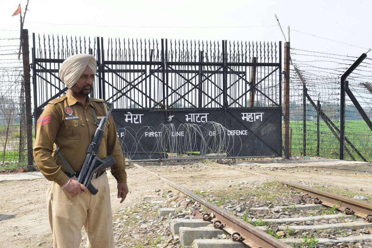 ทหารปากีสถานในรัฐปันจาบ ยืนคุ้มกันบริเวณจุดผ่านแดนวากาห์ ซึ่งจะมีการส่งตัวนักบินอินเดีย คืนให้แก่อินเดียที่ด่านนี้