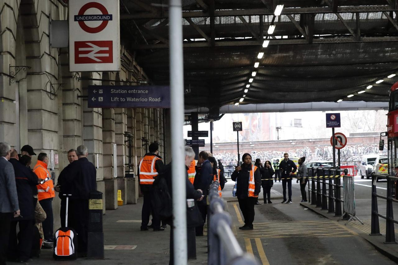 เจ้าหน้าที่ยืนรักษาความปลอดภัยที่สถานีรถไฟวอเตอร์ลู หลังมีการพับวัตถุระเบิด