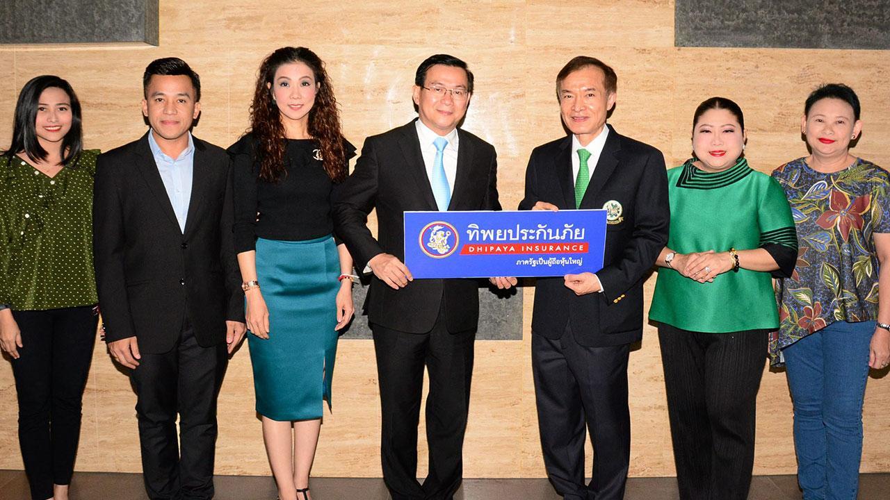 เพื่อการศึกษา ดร.สมพร สืบถวิลกุล กก.ผจก.ใหญ่ ทิพยประกันภัย มอบเงินจำนวน 100,000 บาท ให้แก่ สราวุธ วัชรพล เพื่อสมทบทุนมูลนิธิไทยรัฐ โดยมี วิชชุดา ไตรธรรม, ปนัดดา ชุติโกมล และ ศุภกิจ จิตร์เพิ่มพูลผล มาร่วมในพิธีด้วย ที่ สนง. หนังสือพิมพ์ไทยรัฐ วันก่อน.