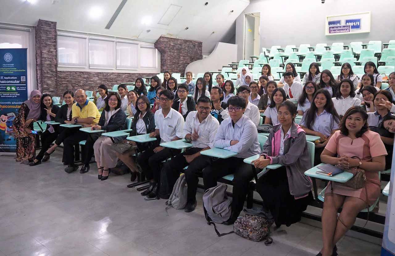 นักศึกษามหาวิทยาลัยวลัยลักษณ์เข้าร่วมฟังการบรรยายเกี่ยวกับการฝึกอาชีพ และการฝึกงานของนักศึกษาไทยในต่างประเทศ.