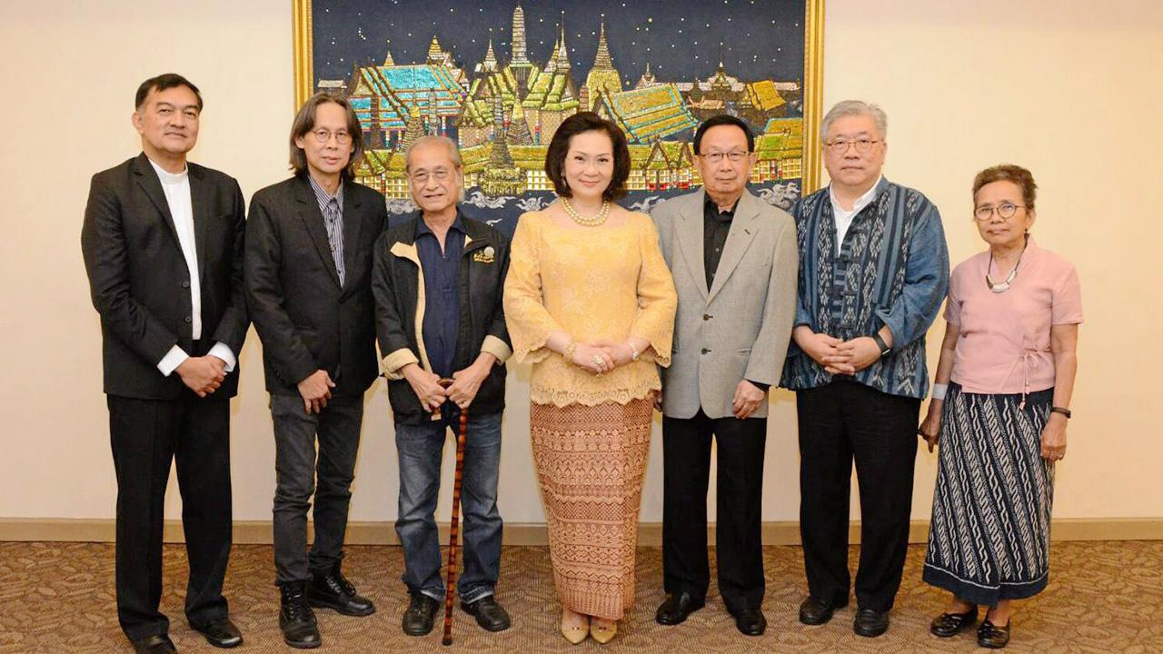 ประชุม  -  คุณหญิงปัทมา ลีสวัสดิ์ตระกูล จัดการประชุมเตรียมโครงการประกวดวรรณกรรมรางวัลวรรณศิลป์อุชเชนี เพื่อส่งเสริมวงการวรรณศิลป์ไทยและนักกวีรุ่นใหม่ โดยมี ชาย นครชัย, อนุชา ไชยเดช และ เนาวรัตน์ พงษ์ไพบูลย์ มาร่วมประชุมด้วย ที่โรงแรมอโนมาแกรนด์ วันก่อน.
