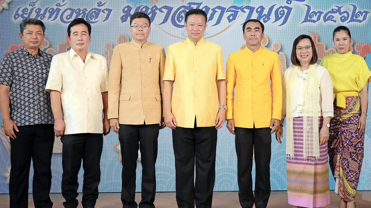 """อย่าพลาด  -  ยุทธศักดิ์ สุภสร ผู้ว่าการ ททท. แถลงข่าวการจัดงาน เย็นทั่วหล้า มหาสงกรานต์ Amazing Songkran 2019 @ Tak """"ศรัทธาสองแผ่นดิน"""" ระหว่าง 12-14 เม.ย. ที่วัดไทยวัฒนาราม อ.แม่สอด โดยมี สุจิตรา จงชาณสิทโธ และ นพดล ภาคพรต มาร่วมแถลงด้วย ที่ ททท. วันก่อน."""