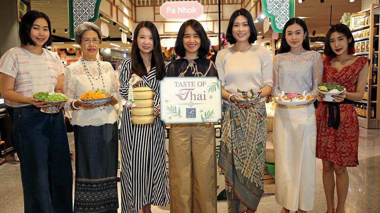"""ของอร่อย วัตินาพร บัณฑุชัย จัดงาน """"Taste of Thai"""" การสืบสานมรดกแห่งตำรับอาหารไทยดั้งเดิม ต้อนรับเทศกาลสงกรานต์หลากหลายเมนูร้านดังยอดนิยม โดยมี ชนิดา พื้นแสน, ม.ล.เอวิตา ยุคล และ หฤทัย ไชยันต์ ณ อยุธยา มาร่วมงานด้วย ที่เซ็นทรัล ชิดลม วันก่อน."""