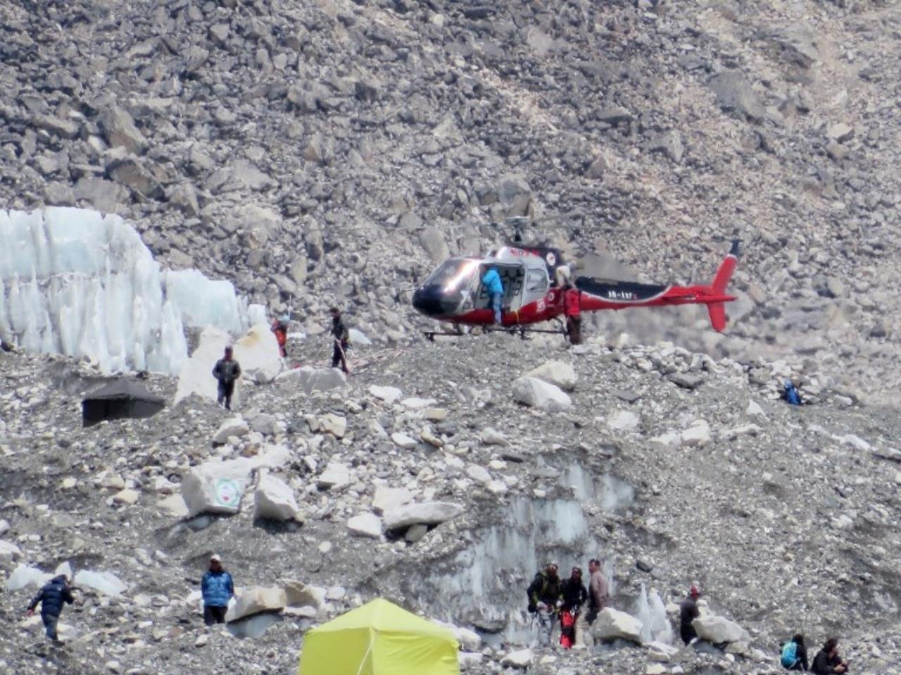 เฮลิคอปเตอร์กู้ภัยบินมารับศพไกด์ชนเผ่าเชอร์ปา เมื่อ18 เมษายน 2557 เสียชีวิตจากหิมะถล่ม 16 ราย