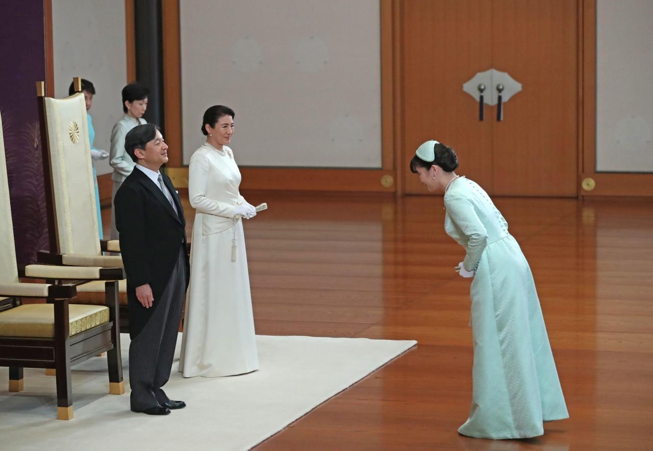 เจ้าหญิงมาโกะ ทรงถวายพระพรชัยมงคลแด่สมเด็จพระจักรพรรดินารุฮิโตะและสมเด็จพระราชินีมิชิโกะ