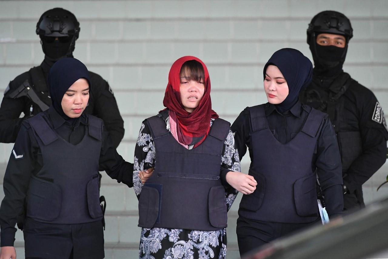 นางสาวดวน ถิ เฮือง ขณะถูกนำตัวขึ้นศาลในคดีร่วมฆาตกรรมคิม จอง นัม ก่อนในที่สุด จะได้รับอิสรภาพ ทางการมาเลเซียปล่อยตัวเมื่อ 3 พ.ค.62