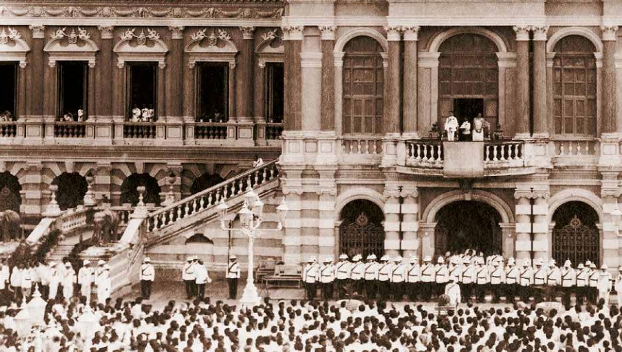 วันที่ 27 กุมภาพันธ์ 2468  รัชกาลที่ 7 และสมเด็จพระนางเจ้ารำไพพรรณี พระบรมราชินี ได้เสด็จออกมุขเด็จ ณ พระที่นั่งจักรีมหาปราสาท