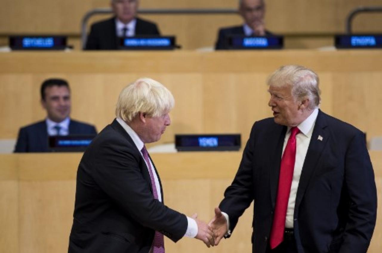ประธานาธิบดีโดนัลด์ ทรัมป์ จับมือทักทายนายบอริส จอห์นสัน ขณะยังดำรงตำแหน่งรมว.ต่างประเทศอังกฤษ ในที่ประชุมที่สำนักงานใหญ่สหประชาชาติ ในนครนิวยอร์ก เมื่อ 18ก.ย.60