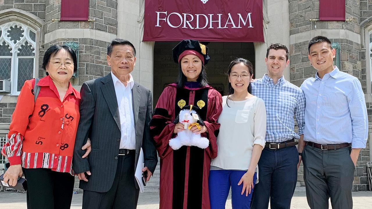 ยินดีกับลูก  -  แสงชัย–สุภาพร เจียไพแก้ว และครอบครัวไปยินดีกับ วินดี้ เจียไพแก้ว บุตรสาว จบ Law School Class 2019 จาก Fordham University เมืองบรองซ์ รัฐนิวยอร์ก สหรัฐฯ ท่ามกลางความปลาบปลื้ม.