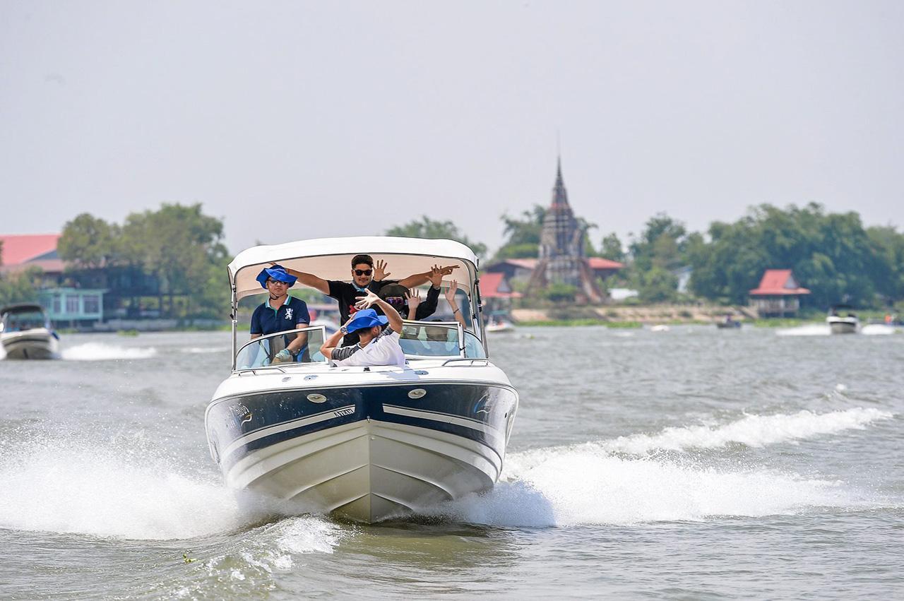 นักท่องเที่ยวนั่งเรือสปีดโบ๊ตท่องเที่ยวตามลำน้ำเจ้าพระยา แวะเที่ยวชมสถานที่ท่องเที่ยวสำคัญๆริมฝั่งแม่น้ำ ชิมอาหารและซื้อของอย่างสนุกสนาน.